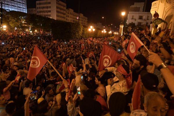 احتفالات في تونس بفوز قيس سعيد بالرئاسة طبقًا لاستطلاعات الرأي