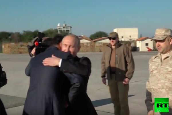 بالفيديو: الرئيس الأسد يلتقي بوتين في مطار حميميم