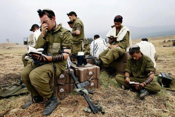"""""""إسرائيل اليوم"""": الجيش يجبر جنوده على اعتناق الديانة اليهودية"""