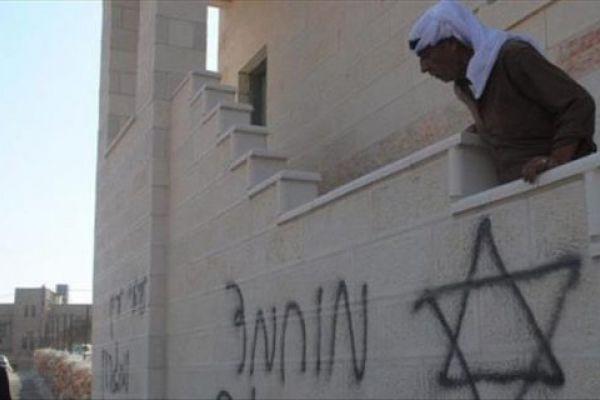 مستوطنون يخطون شعارات عنصرية شمالي الضفة على عدد من المركبات ببلدة اللبن الشرقية بمحافظة نابلس