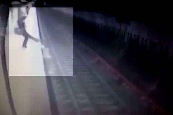 شاهد بالفيديو: كاميرة مراقبة توثق جريمة مروعة