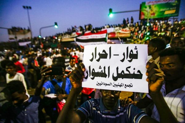 مساعي الرياض وأبو ظبي تصطدم بالشارع: مطالبات بحلّ المجلس العسكري
