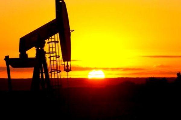 النفط يبلغ أعلى مستوى في 2019 متأثرا بعقوبات فنزويلا وتخفيضات أوبك