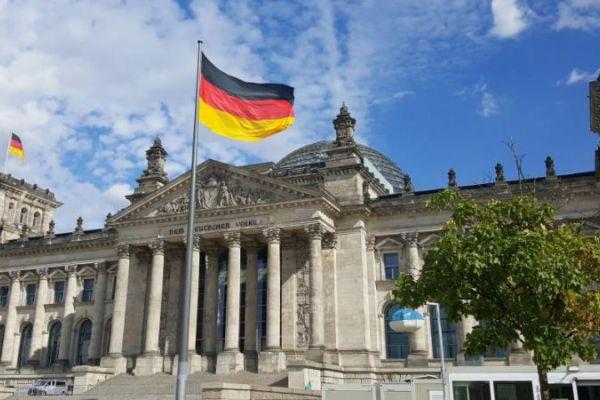 حزب ألماني بائتلاف ميركل يطالب بتمديد وقف تصدير الأسلحة للسعودية